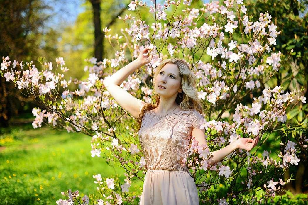 значении фотосессия в цветущем саду с книгой кругу друзей