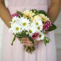 Букет невесты из белых ромашек, желтых гербер и розовых эустом
