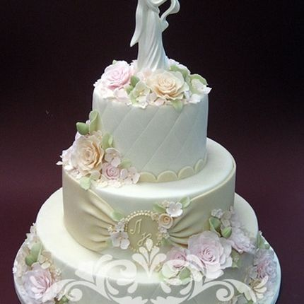 Свадебный торт с отделкой цветами