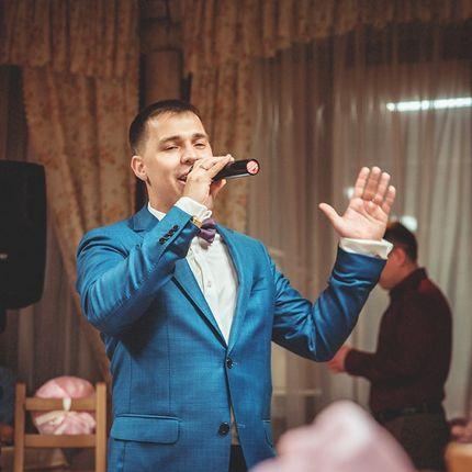 Выступление певца на празднике