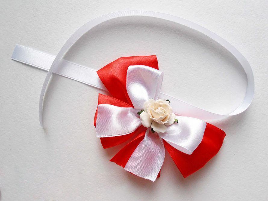Бутоньерка в виде браслета для подружки невесты из розовой розы, декорированная белым и красным атласными бантами и белой - фото 992121 Свадебные аксессуары от WeddingDecor