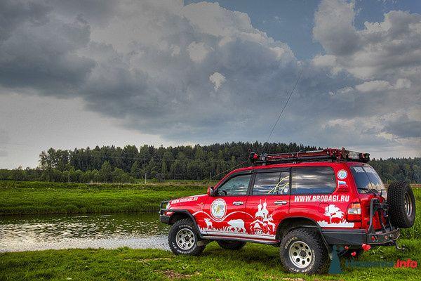 """Красная расписная """"Toyota"""", на фоне лугов и леса. - фото 107291 Бродяги - аренда настоящих автомобилей"""
