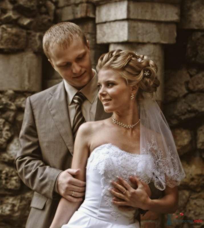 Жених и невеста стоят, прислонившись друг к другу, на фоне здания - фото 36898 Свадебный стилист Дарья Карюхина
