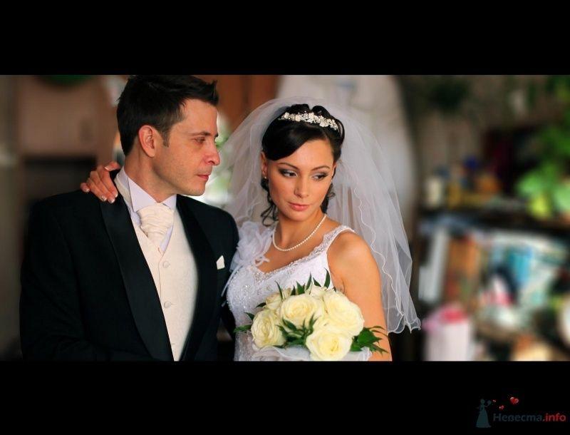 Жених и невеста стоят, прислонившись друг к другу, в комнате - фото 67751 Свадебный стилист Дарья Карюхина