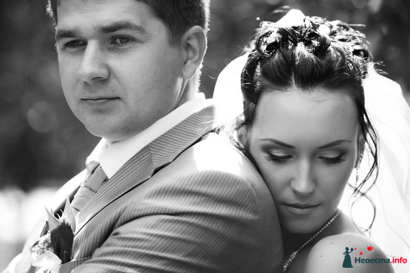 Нежный свадебный образ невесты подчеркнут прической на длинные волосы