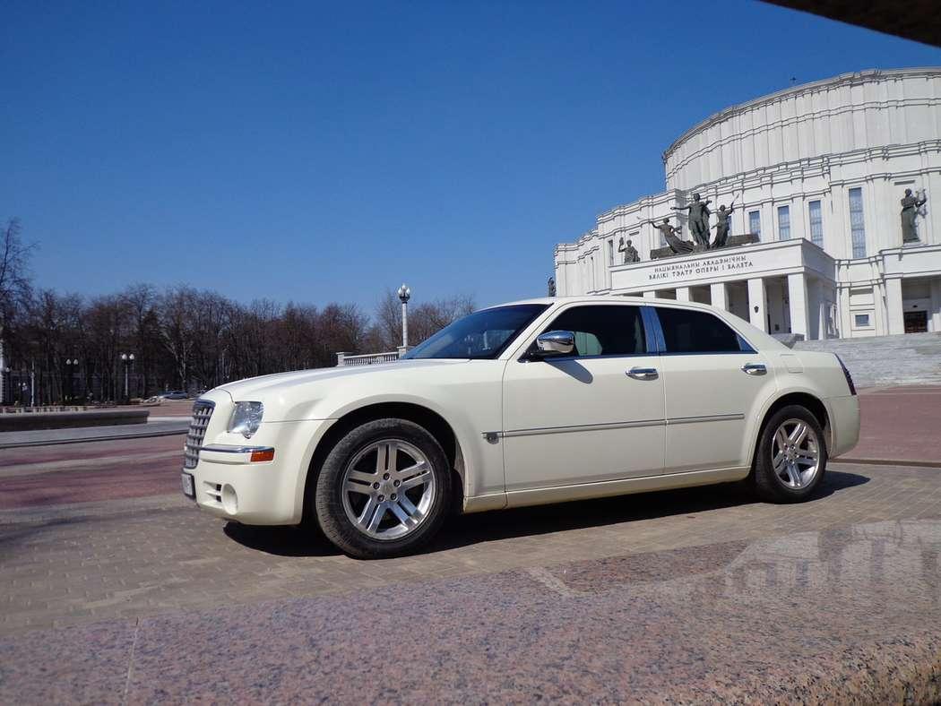 Белоснежный Крайслер 300С для свадьбы. - фото 1769779 Компания AvtoLimo - аренда авто