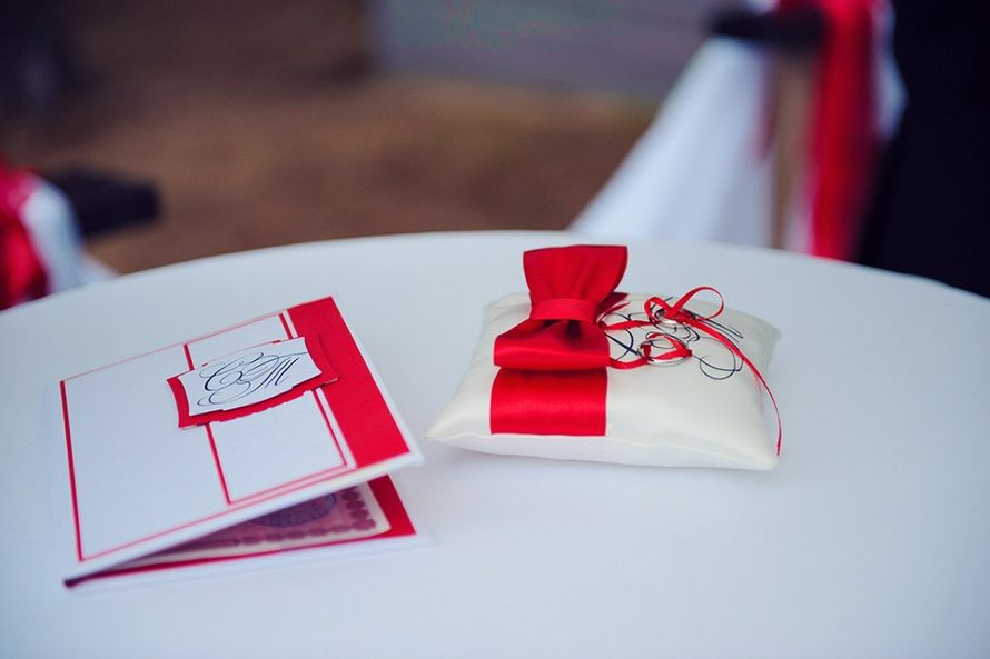 Папка для свидетельства и подушечка для колец с красным бантом - фото 1038043 Мастерская Лу-Лу - свадебные аксессуары