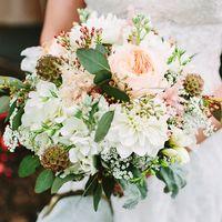 Букет невесты из астр, фрезий и роз в бело-розовых тонах
