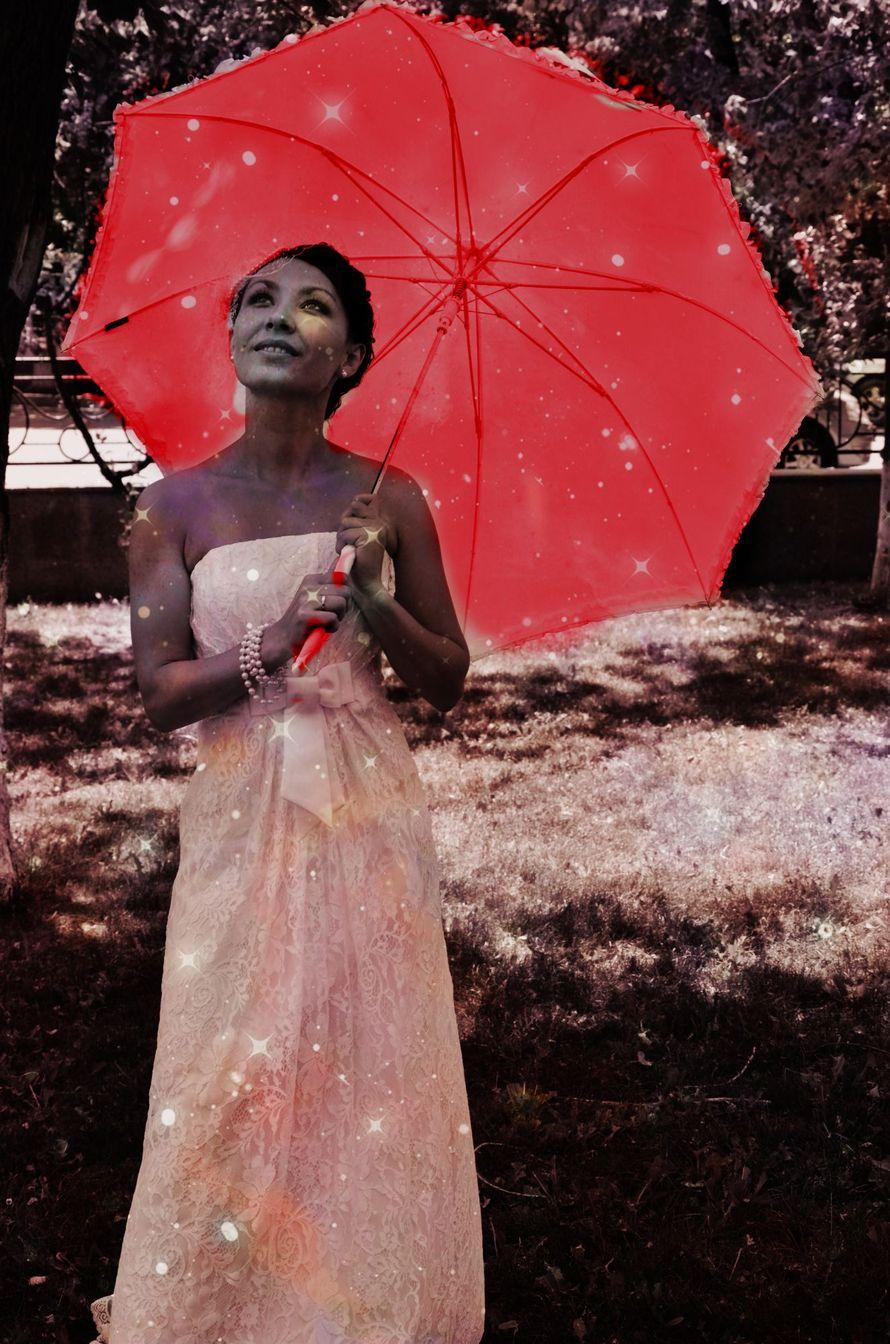 Невеста держит в руках красный зонт с рюшем - фото 1267653 Фотограф Алёна Разорвина