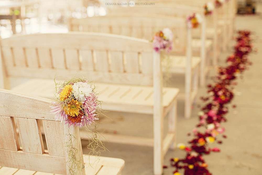 """Скамейки для гостей на выездной свадебной церемонии, украшенные нежными цветами - фото 1052729 Загородный комплекс """"Бабушкин Сад"""""""