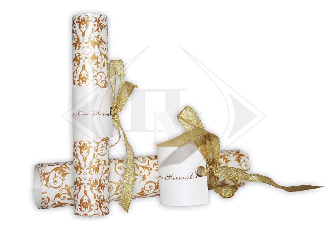 """Свадебное приглашение """"сверток"""" выполнено из дизайнерской бумаги с вкраплением блесток с креплением где написаны имена, крепление украшено декоративным люверсом и лентой - фото 1061469 ЗАО """"Полиграфмаркет"""" полиграфическая дизайн студия"""