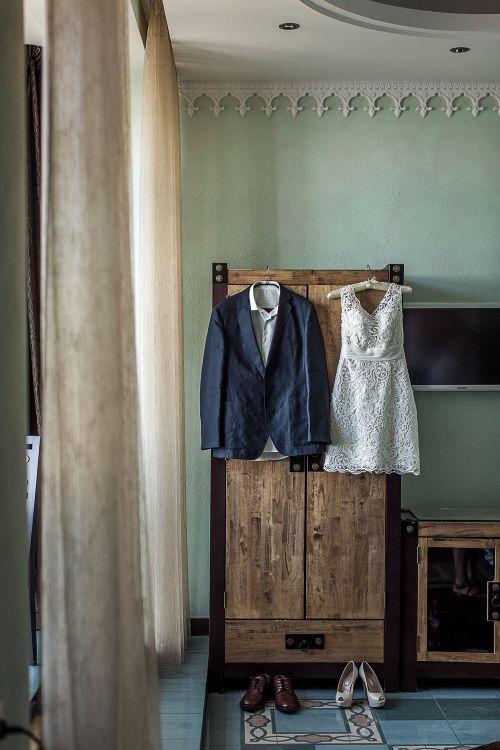Свадебное кружевное маленькое платье. Свадебный костюм жениха.
