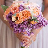 Оранжево-сиреневый весенний букет невесты из роз и сирени