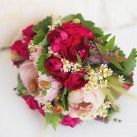 Букет невесты из пионов, ромашек и спиреи