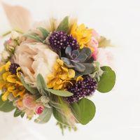 неподрожаемый пион, суккулентное растение - эхеверия, которая приобрела невероятную популярность среди невест за последнее время, соцветия лука, орхидеи, кустовая розочка и эвкалипт