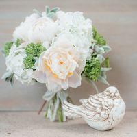 белый свадебный букет с пионами, букет невесты из пионов