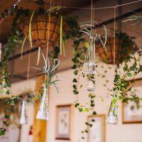 декоративные стеклянные бутылочки в декоре пространства, рустикальная свадьба, идеи для декора потолка