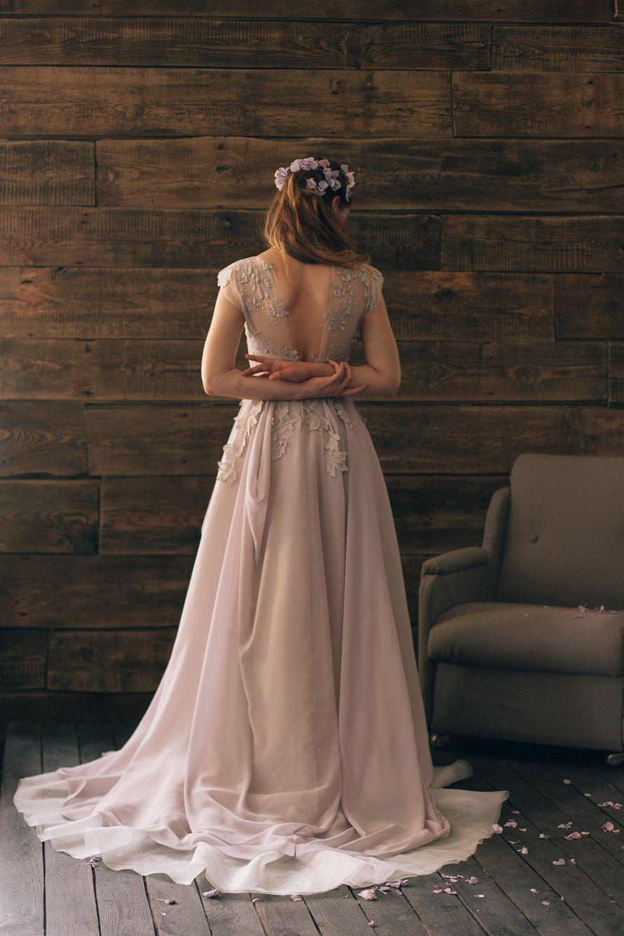 Невеста в платье А-силуэта кофейного цвета с закрытым кружевным корсетом с короткими рукавами и открытой спиной  - фото 2548365 Cathy Telle - свадебные платья
