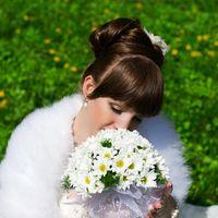 Невеста с букетом невесты из белых ромашек