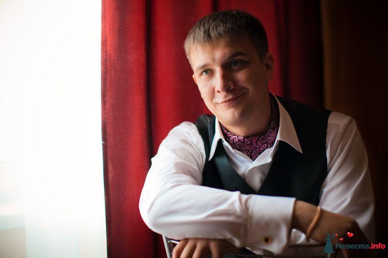 Жених в белой рубашке с позолоченными запонками, в зеленой жилетке и в платке на шее в розовых и сиреневых тонах - фото 119205 Владимир Рачинский
