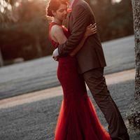 красное платье, коричневый костюм