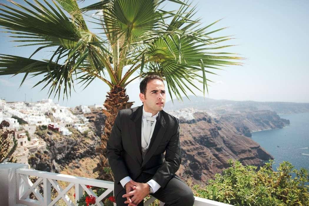 """Классический черный костюм жениха """"тройка"""" с белой узорчатой жилеткой, белой рубашкой и с белым галстуком - фото 1159749 Exclusivaweddings - организация свадьбы на Санторини"""