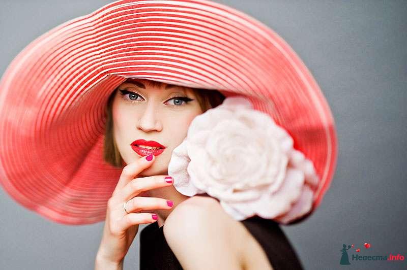 Плечо невесты украсила большая кремово-белая роза а на голове широкополая шляпа в красно-белую полоску - фото 123868 Свадебный стилист - Кулагина Марина