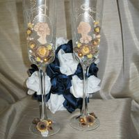 бокалы ручной работы, выполнены с применением матирования, украшены лепными, из пластики, цветами и комеями в виде жениха и невесты.
