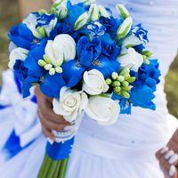 Бело-синий букет невесты из ирисов и роз