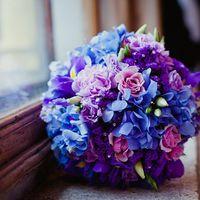 Круглый букет невесты из синих гортензий, сиреневых эустом и сиреневых гвоздик