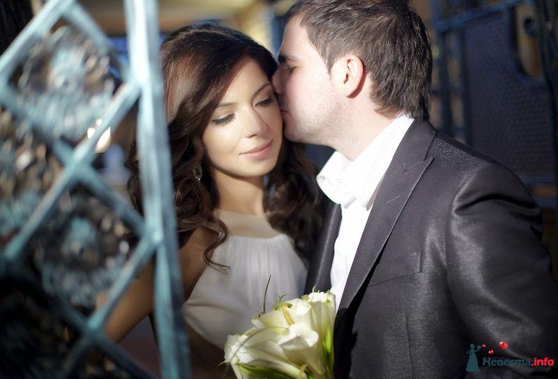 нежный поцелуй жениха и невесты - фото 124125 Studio-Wedding - фотограф