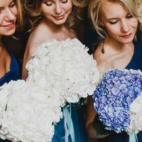 Букеты подружек невесты из белых и голубых гортензий