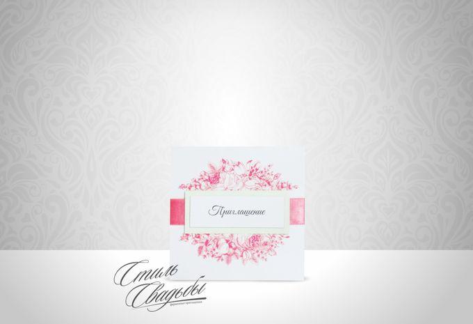 Свадебное приглашение, изготовленное из дизайнерской перламутровой бумаги белого цвета, декорированное цветочным узором, атласной лентой кораллового цвета и табличкой с текстом. Возможно исполнение в ЛЮБОМ цвете!!!