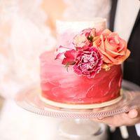 Торт красный бархат, украшен живыми цветами силами флористов