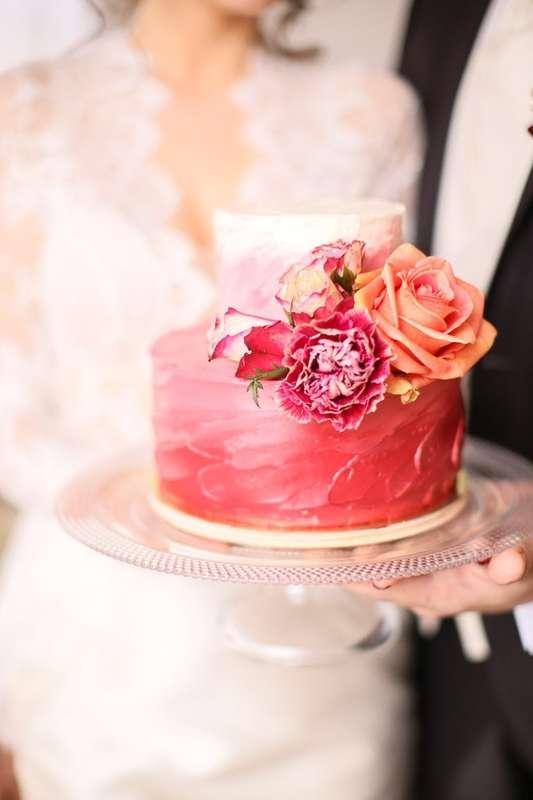 Фото украшение тортов живыми цветами