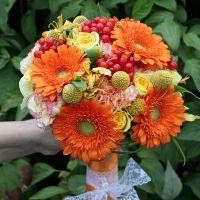 Букет невесты в осенних оранжево-красных тонах из гербер, роз и гвоздик