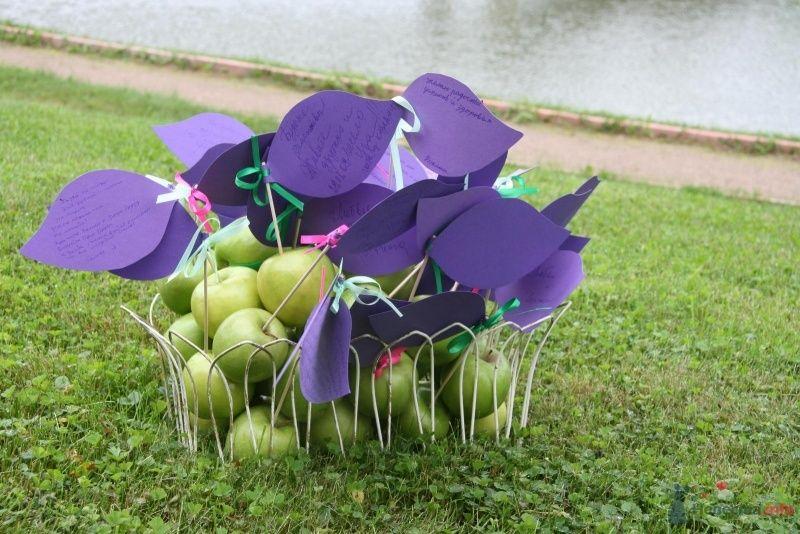Корзина с зелеными яблоками и пожеланиями, в виде сиреневых бумажных листков, привязанных к яблокам розовыми и зелеными - фото 45031 Хлоя