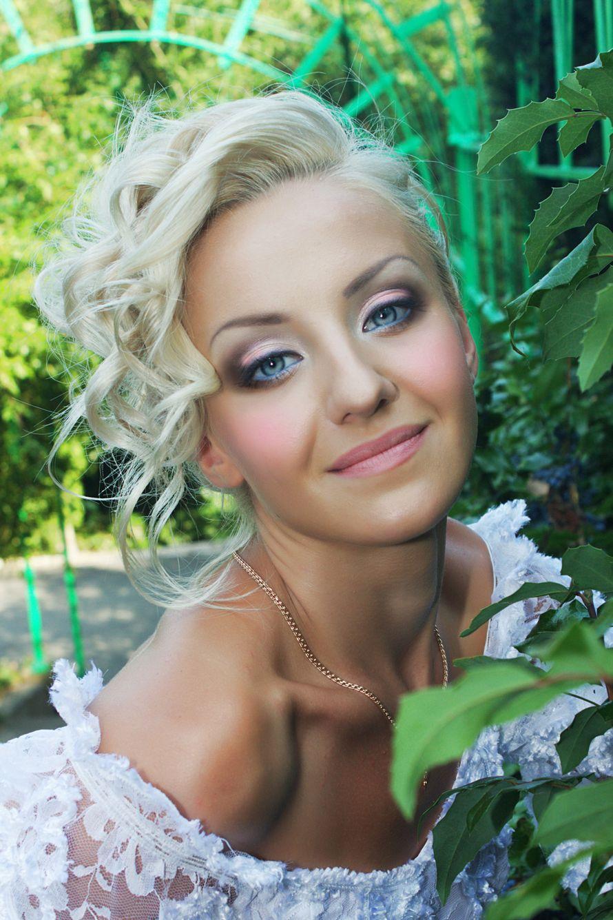 Романтический образ невесты выражен в прическе из   длинных локонов собранных в пучок на затылке, с макияжем в розовом тоне - фото 1221473 Ксанка Хмелевская - профессиональный макияж