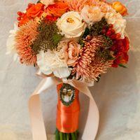 Букет невесты из роз, астр и гвоздик в оранжевых тонах