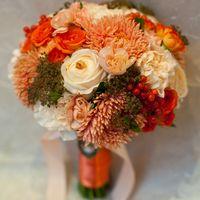 Букет невесты из оранжевых астр, белых роз и белых гвоздик