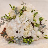 Белый букет невесты из фрезий и астр