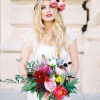 Стильный образ невесты с букетом из роз, пионов и астр для тематической свадьбы