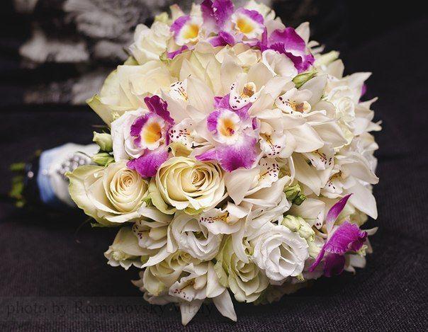 Букет невесты из сиреневых орхидей, белых роз и эустом, декорированный белой атласной лентой - фото 1259707 Студия флористики и декора Батуры Кирилла