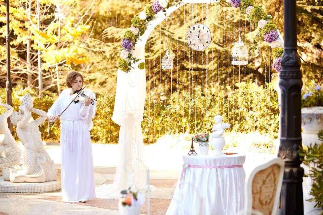 """Свадебная подковообразная арка для выездной церемонии на природе, увитая цветами, белой тканью и бусами - фото 2116722 Агентство """"Веселый праздник"""""""