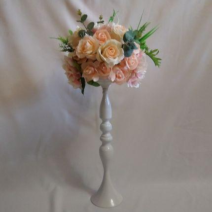 Декоративные вазы с искусственными цветами