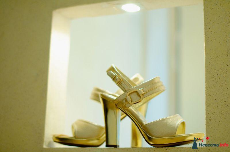 Белые с золотом  босоножки на высоком  толстом каблуке. - фото 88648 Rainbow