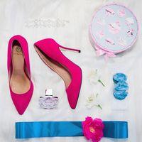 Туфли-лодочки для невесты, пафюм, пояс для платья, венок, праздничная коробка,серебристый  браслет и 2 белые лилии на снежно-белом фоне
