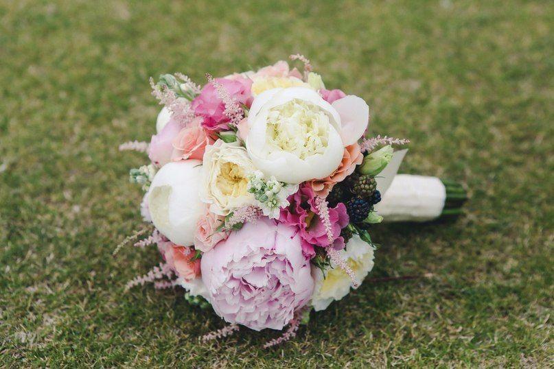Букет невесты в стиле Шебби Шик из розовых и белых пионов, белых французских и розовых роз, розовой астильбы и эустом, черных - фото 1770503 АртБукет - флористика и оформление