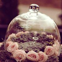 Подушечка для колец из мха и роз под цветочной крышкой на эльфийской свадьбе