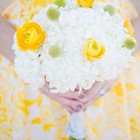 Букет невесты из желтых ранункулюсов, краспедий и белых астр
